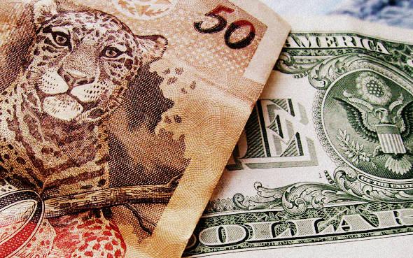 Pessimismo eleitoral leva dólar para perto de suas máximas históricas
