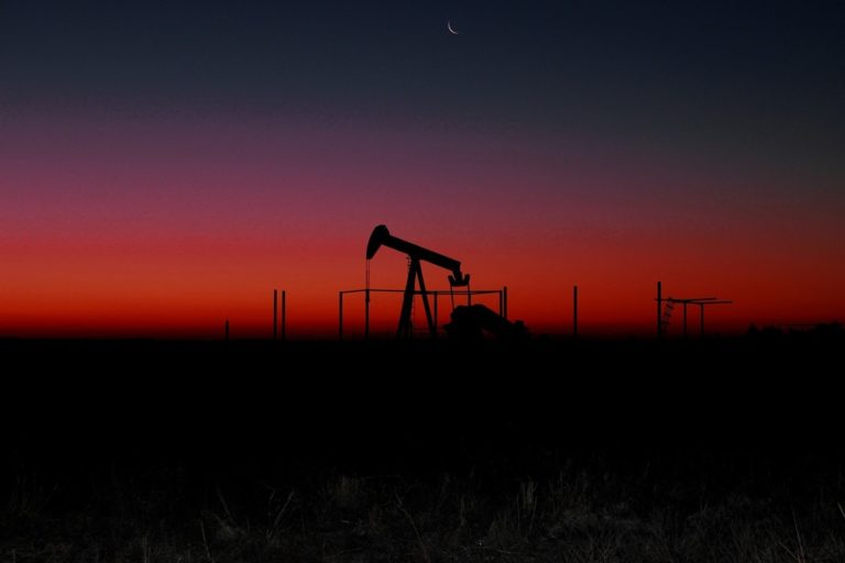 Petróleo avança com progresso nas negociações da guerra comercial, paralisação de campo saudita e eleições na Nigéria