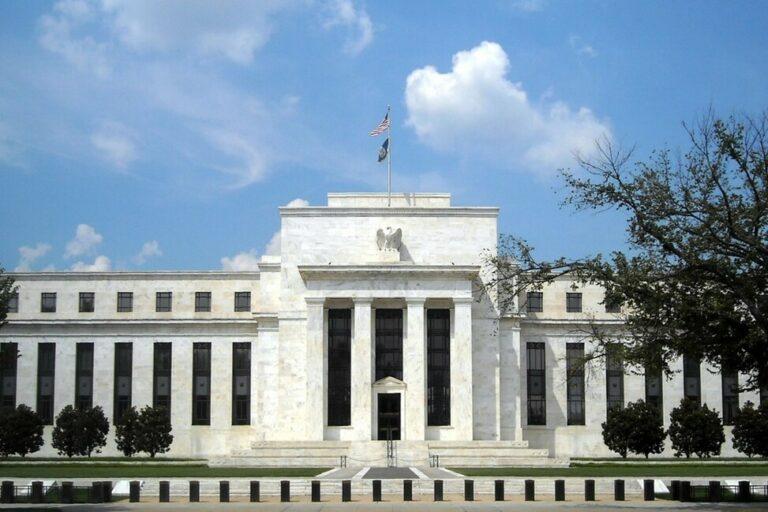 Postura menos dovish do Fed confere suporte ao par dólar/real